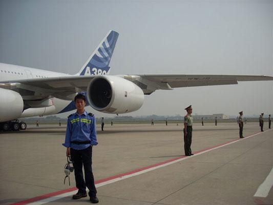飞机制造班的学生在广州白云机场