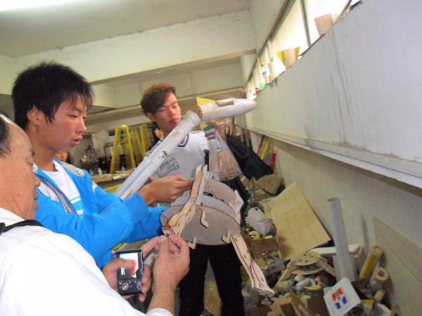 老师在制作室指导学生.JPG