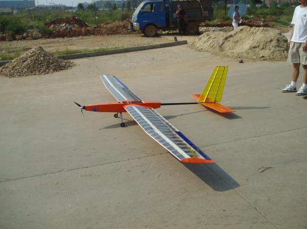老师和同学共同 太阳能飞机准备起飞.JPG