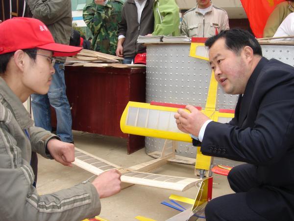 邱小林与杨生杰讨论航模2.JPG